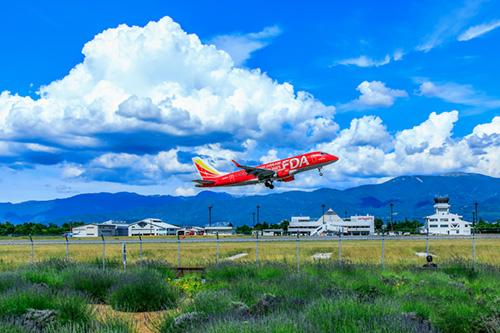 松本空港から飛び立つ飛行機の写真