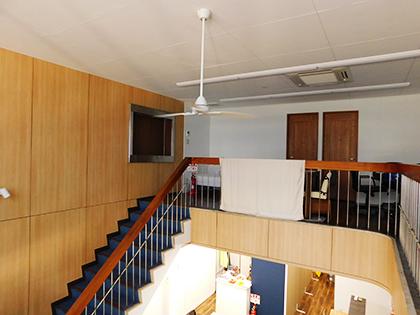銀河ホールディングス様2階より撮影:吹き抜けのある開放感のある社内。奥の扉は社員が業務を行っているスペースがある